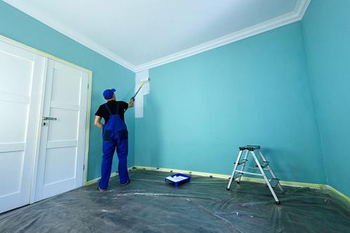 Peintre utilisant une peinture anti-mauvaises odeurs